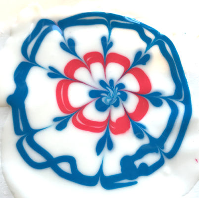 Circular wet-on-wet design with Royal Icing